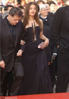 Aishwarya Rai arrives for the screening of the film Matrix Reloaded at the Palais des Festivals during the International Cannes Film Festival on May 2003 in Cannes, France Aishwarya Rai Cannes, Aishwarya Rai Images, Aishwarya Rai Photo, Actress Aishwarya Rai, Aishwarya Rai Bachchan, Bollywood Actress Hot Photos, Bollywood Fashion, Bollywood Stars, Bride And Prejudice