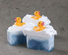 Ducky Soap Tutorial Faux swirl in melt and pour soap. Recipe and step-by-step instructions.Faux swirl in melt and pour soap. Recipe and step-by-step instructions. Diy Décoration, Diy Crafts, Savon Soap, Soap Tutorial, Bath Soap, Soap Recipes, Handmade Soaps, Diy Soaps, Home Made Soap