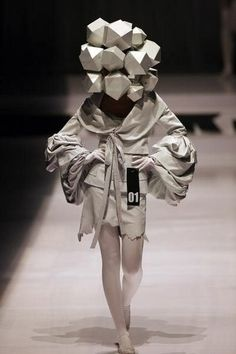 Futuristisches Outfit mit ausgefallener Kopfbedeckung