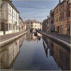 #Simmetrie liquide. La #PicOfTheDay #turismoer di oggi passeggia tra i ponti di #Comacchio. Complimenti e grazie a @gebo_75 / Liquid #symmetries. Today's #PicOfTheDay #turismoer strolls among the bridges of #Comacchio. Congrats and thanks to @gebo_75