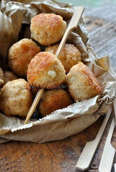 Turkey meatballs and melted cheese - Polpette di tacchino e formaggio filante I Love Food, Good Food, Yummy Food, Finger Food Appetizers, Appetizer Recipes, Tapas, Souffle Recipes, Albondigas, Charcuterie