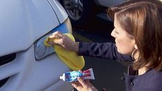 nettoyer les phares de la voiture avec du dentifrice