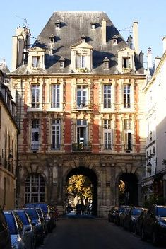 Le Marais, one of my favorite neighborhoods in Paris and this was my way home from the grocery store! Rue de Birague