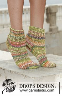 """Citrus Wedges - Short DROPS socks with rib in 2 threads """"Fabel"""". - Free pattern by DROPS Design Knitting Stitches, Knitting Patterns Free, Free Knitting, Knitting Socks, Free Pattern, Knit Socks, Drops Design, Magazine Drops, Short Socks"""