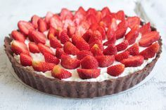 ciastka z kremem: tarta z kremem mascarpone i truskawkami