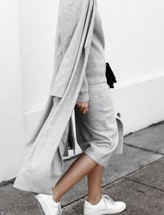 On ne se lasse pas du tandem total look gris/baskets blanches ! (look Witchery - blog Modern Legacy)