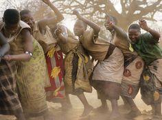 Mujeres de la tribu Hadza bailando. Observa la foto de una mujer de Hadza bailando en Tanzania tomada por Martin Schoeller de National Geographic