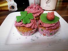 Lucky Cupcakes für Silvester Mandel-Cupcakes mit Weichsel-Frosting und Marzipan Glücksbringer  Rezept von Ninas kleinem Foodblog - etwas angewandelt.
