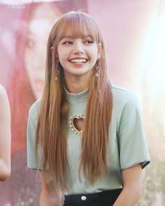 Lisa is one beautiful queen! Lisa Black Pink, Black Pink Kpop, Lisa Hair, Kim Jisoo, Blackpink Fashion, Jennie Blackpink, Blackpink Lisa, South Korean Girls, Kpop Girls