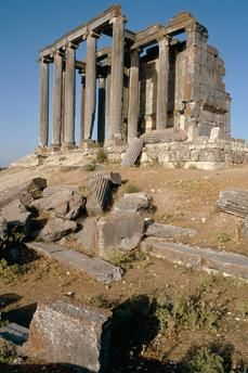 Aizanoi / Cavdarhisar (Mysien, Province of Kütahya, Turkey), Temple of Zeus. (Roman, Hadrian's era, c. 125 AD; Pseudodipteros built over other underground cult site of Kybele).  View.  Photo, 1994.
