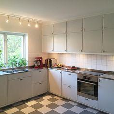 Ännu ett fantastiskt funkiskök. Även detta byggt på Metodskåp från IKEA. Luckorna är lackerade i kulören NCS S1000-N. Rostfri diskbänk och bänkskivor i ljus virrvarr. #retro #funkis #retrokök #funkiskök #perstorp #virrvarr #järfällakök #platsbyggt #köksrenovering #renoveringsdamm
