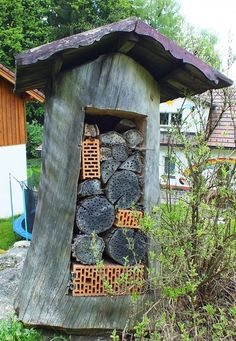 . House Bugs, Bee House, Bug Hotel, Garden Crafts, Garden Projects, Permaculture, Mason Bees, Wildlife Decor, Backyard Buildings