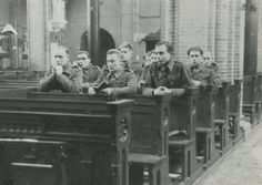 Stoottroepen van het Commando-Brabant/Regiment Commando-Brabant gedurende de Tweede Wereldoorlog. Militairen van de 1e compagnie tijdens een kerkdienst. Jan zit voorste rij rechts.