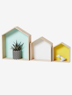 Posées sur un meuble ou accrochées au mur, ces 3 petites maisons en bois apportent de la couleur et donnent un petit style scandinave à la déco !  Collection Automne-Hiver 2016 - www.vertbaudet.fr DI