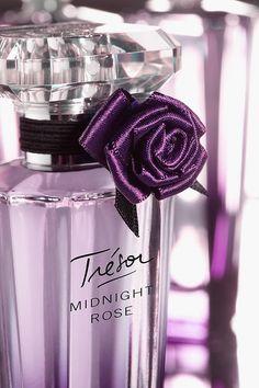 Tresor Midnight Rose...  Top notes: raspberry rose absolute  Heart: jasmine, peony, currant buds, pink pepper  Base: Virginian cedar, musk and vanilla  Notes per fragantica.com