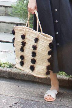 INDEGO AFRICA PONPONバスケット  INDEGO AFRICA PONPONバスケット 12960 ポンポンデザインがポイントのカゴバッグ 洗練された印象で大人の為のカゴバッグです INDEGO AFRICA(インディゴアフリカ) ルワンダ女性の自立発展ガバナンスを推進していくファッションブランド 女性職人によってハンドメイドで作られたアイテムは天然素材を利用した 素朴なデザインが魅力です 店頭外での撮影画像は光の当たり具合で色味が違って見える場合があります 商品の色味はスタジオ撮影の画像をご参照ください その他着用スタッフ身長:163cm 着用サイズ:FREE