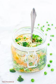 Suppe to go - Rezept für eine Nudelsuppe im Glas zum Mitnehmen von herzelieb. Herrlich zu variieren. Mit frischem Gemüse besser als jedes Fertiggericht #suppe #fastfood #rezept #deutsch #foodblog
