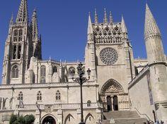 Catedral de Burgos, siglo XIII. Fachada sur, su parte alta se adorna con una galería de reyes, en un intento por ligar la catedral con la corona castellana. Lo mismo sucede en la fachada norte.