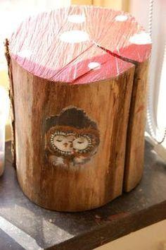 Oude boomstam gedecoreerd als paddenstoel, super voor het herfsthoekje van de kleuters!