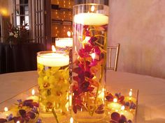 Decoración para boda con velas flotantes en cilindros de cristal
