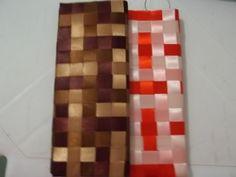 Carteiras de mão, feitas em Tressé, com fitas de cetim em tons de marrom e tons de laranja.