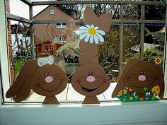 Fensterbilder aus Tonkarton Fenstergucker:Super schönes Oster-Hasen-Trio Window pictures from Tonkarton Fenstergucker: Super beautiful Easter Bunny Trio Easter Art, Easter Crafts, Easter Bunny, Kids Crafts, Diy And Crafts, Decoration Creche, Easter Games, Easter Printables, Cardboard Crafts
