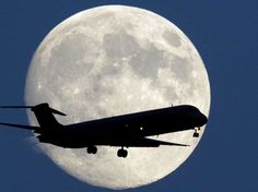 24 heures en images - Un avion passe devant la pleine lune tandis qu'il approche de l'aéroport de Philadelphie, aux États-Unis, dimanche 7 septembre 2014. L'astre mort de la Terre obtiendra dans la nuit du lundi à mardi le statut de Super Lune, pour la tr