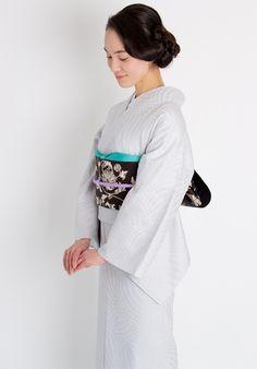 きもの屋「くるり」のオリジナル<Stained glass(ステンドグラス)>。極細番手の糸を織り上げた、美しい光沢が魅力。無地感覚でコーディネートしやすい、ジャガード織機によるモダンな柄ゆき。