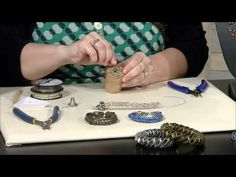 DIY Bijoux Video How to finish knitting on a knitting spool using Soft Flex Beading Wire Wire Wrapped Jewelry, Wire Jewelry, Beaded Jewelry, Wire Crafts, Jewelry Crafts, Wire Crochet, Learn Crochet, Spool Knitting, Bijoux Fil Aluminium