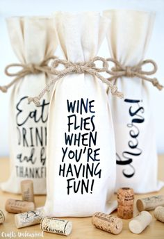 Decorate Your Own Wine Bottle Bags – A Great Hostess Gift Decorate your own wine bottle bags in minutes with this easy Cricut project. Just grab your favorite bottle of wine and you have the perfect hostess gift! Wine Bottle Gift, Bottle Bag, Wine Bottle Crafts, Wine Gifts, Bottle Carrier, Wine Bottle Wrapping, Wine Gift Bags, Wine Related Gifts, Wine Bottle Covers