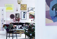 Farve: R11 Jordbærkløver fra Dyrup (endevæg). Artikel: I mit hjem varer julen lige til påske (Bolig Magasinet).