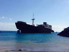 playa con barco hundido en lanzarote. Playa del Telamon