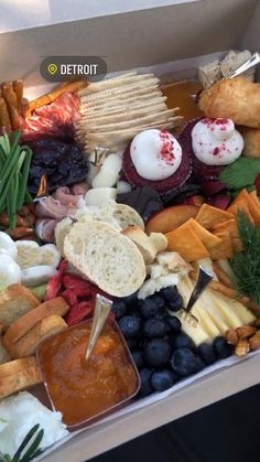 Charcuterie Gift Box, Charcuterie Picnic, Charcuterie Recipes, Charcuterie And Cheese Board, Picnic Date Food, Picnic Ideas, Picnic Foods, Breakfast Picnic, Breakfast Catering