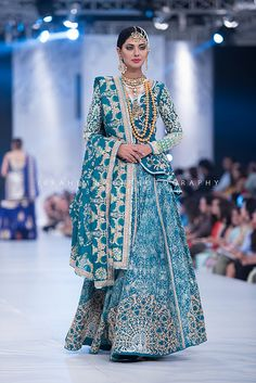 Haute spot for Indian Outfits. Desi Wedding Dresses, Indian Wedding Outfits, Bridal Outfits, Indian Outfits, Pakistani Bridal Dresses, Pakistani Outfits, Indian Dresses, Indian Attire, Indian Wear