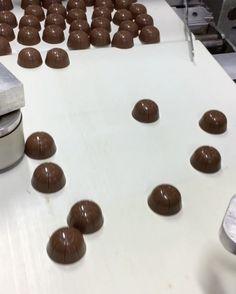 Teker teker ambalajlanmaya gidiyoruz.🍬🍬🍬🍬🍬#instafood #instagram #instagood #çikolata #chocolate #çikolatin #chocoholic #yummy #love #shopping
