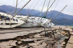 Kapal pesiar terlihat rubuh dari tempatnya berlabuh di sebuah dermaga yang rusak setelah gempa bumi di Lixouri di pulau Kefalonia, Yunani Barat, 3 Februari 2014. Gempa bumi hebat berkekuatan 5.7 sampai 6.1 menghantam bagian barat pulau Kefalonia, menyebabkan penduduk berlari ketakutan ke jalanan. (4 Februari 2014)