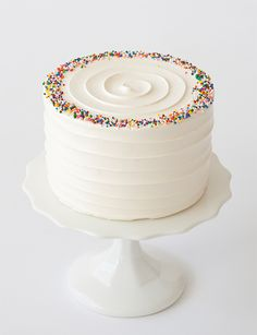 The Best Foolproof Vanilla Cake - XO, Katie Rosario Are you scared to make a vanilla cake from scratch? Do you want to start baking but do not have a foolproof cake recipe? Here's a foolproof cake for you! Cute Cakes, Pretty Cakes, Food Cakes, Cupcake Cakes, Vanilla Cake From Scratch, Cake Toronto, Birthday Cake Decorating, Simple Cake Decorating, Goodies