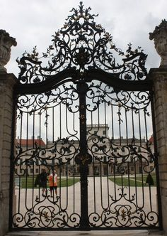 Wrought iron fences can be shaped into many different designs, making it the perfect ornamental fence. It is a beautiful and often intricate fencing option that can give a high class flare to your home. Wrought Iron Decor, Wrought Iron Fences, Front Gates, Entrance Gates, Fancy Fence, Aluminium Gates, Sculpture Metal, La Forge, Driveway Gate