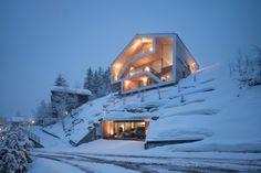 Дом в горах со светлым деревянным фасадом