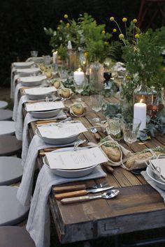 Wunderschön gedeckte Tafel. Wiesenblumen. Holz. Natur. Schlicht und natürlich schön. Draußen dinieren.