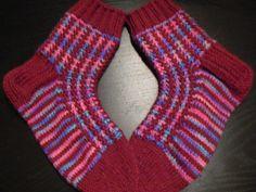Aili lapasten ohjeella neulotut sukat, lankana 7 veljestä yksivärinen ja Polaris