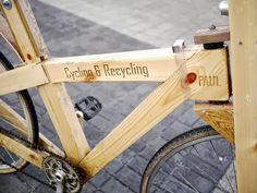 Cycle Recycle: Wooden bike in wood bike friends with Wood Recycled Pallets Bike Wooden Pallet Crafts, Diy Pallet Furniture, Diy Pallet Projects, Wooden Pallets, Wooden Bicycle, Wood Bike, Pallet House, Pallet Creations, Bike Design