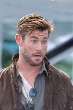 Image may contain: one or more people, beard, outdoor and closeup Snowwhite And The Huntsman, Divas, Hemsworth Brothers, Chris Hemsworth Thor, Australian Actors, Marvel Actors, Hollywood Actor, Haircuts For Men, My Idol