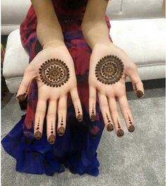 Mehndi henna designs are searchable by Pakistani women and girls. Women, girls and also kids apply henna on their hands, feet and also on neck to look more gorgeous and traditional. Circle Mehndi Designs, Round Mehndi Design, Palm Mehndi Design, Henna Art Designs, Mehndi Designs For Girls, Mehndi Designs For Beginners, Mehndi Design Photos, Mehndi Designs For Fingers, Unique Mehndi Designs
