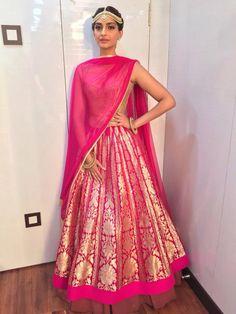 Sonam Kapoor looks stunning at the Life OK Screen Awards 2015 | PINKVILLA