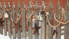 Rustic Christmas Garland made of Pine Cones Create an outdoor Christmas decoration that would attract people passing by. Wait till they ask you if they could get it have some pictures near the rest of your decorations. That would be very flattering! Pinecone Garland, Diy Christmas Garland, Diy Garland, Outdoor Christmas Decorations, Christmas Lights, Christmas Crafts, Garland Ideas, Star Garland, Christmas Christmas