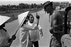 Um civil vietnamita discute com um G.I. perto de um comboio de suprimentos parado. Nomes, data e local desconhecidos.