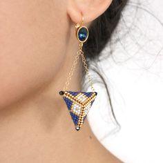 beaded earrings how to make Diy Beaded Earrings Tutorial, Diy Seed Bead Earrings, Beaded Earrings Patterns, Earring Tutorial, Bracelet Patterns, Seed Beads, Hoop Earrings, Triangle 3d, Bracelets