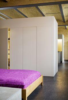 Freistehender Einbauschrank als Raumteiler zwischen Schlafzimmer und Wohnraum