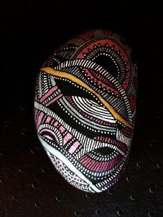 36, Galet peint à l'acrylique et verni, tons rose métallique, noir, blanc...